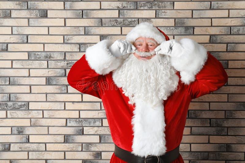 Authentische Santa Claus nahe Backsteinmauer lizenzfreies stockfoto
