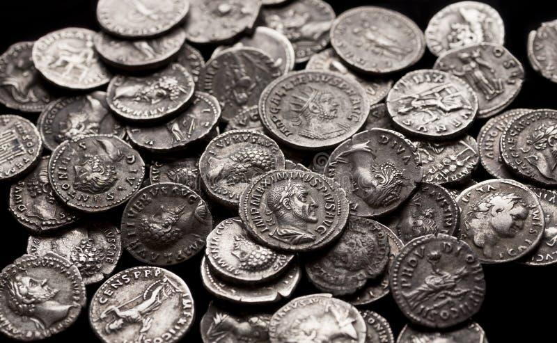 Authentische Silbermünzen von altem Rom lizenzfreie stockbilder