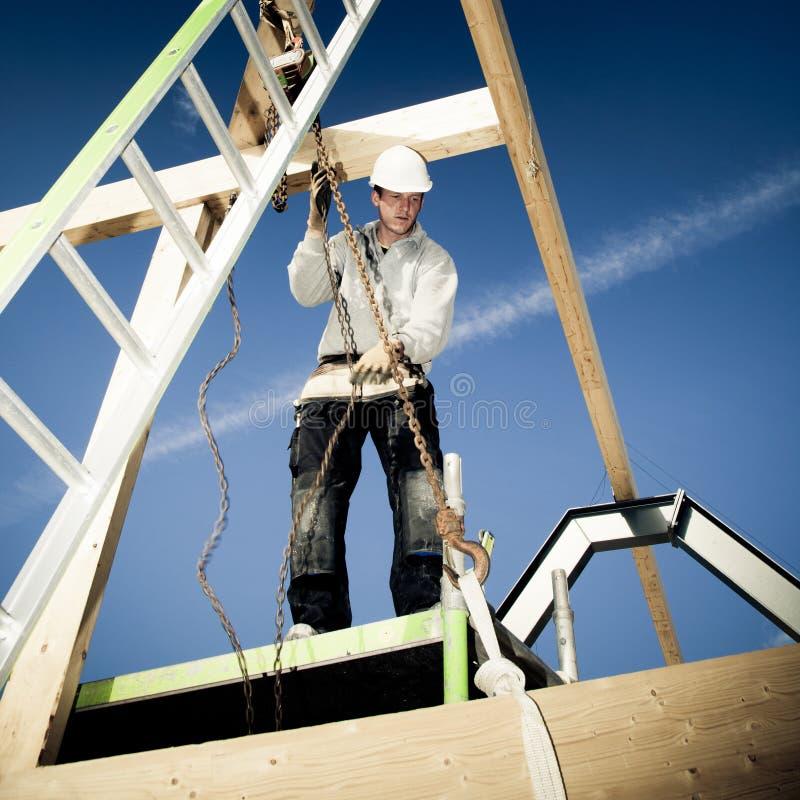 Authentischer Erbauer mit Leiter und Handkurbel stockbilder