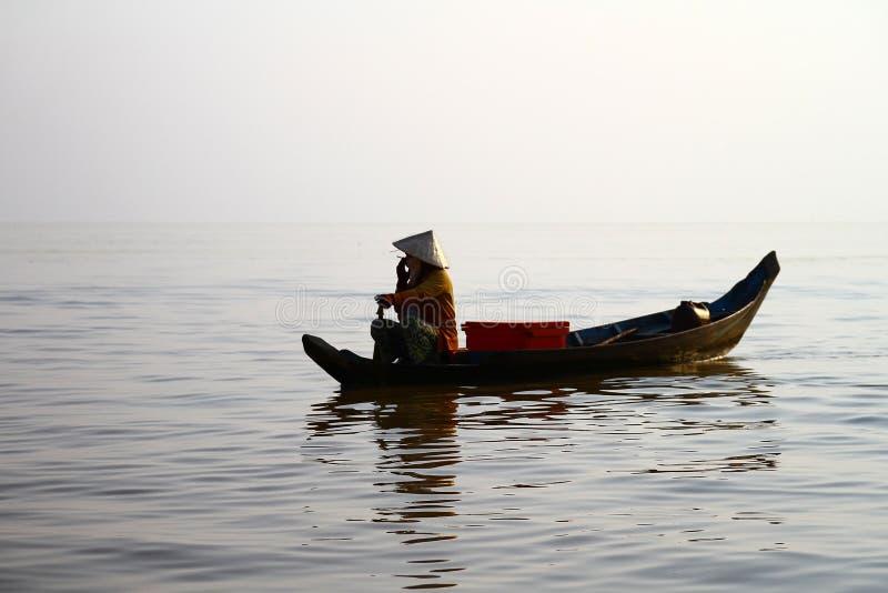 Authentischer vietnamesischer Fischer im Meer lizenzfreie stockbilder