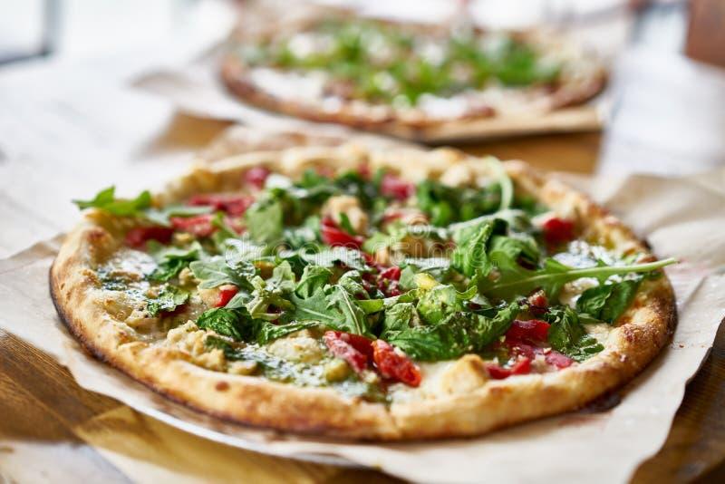 Authentischer Ziegelsteinofen feuerte Pizza im Restaurant ab lizenzfreie stockfotos