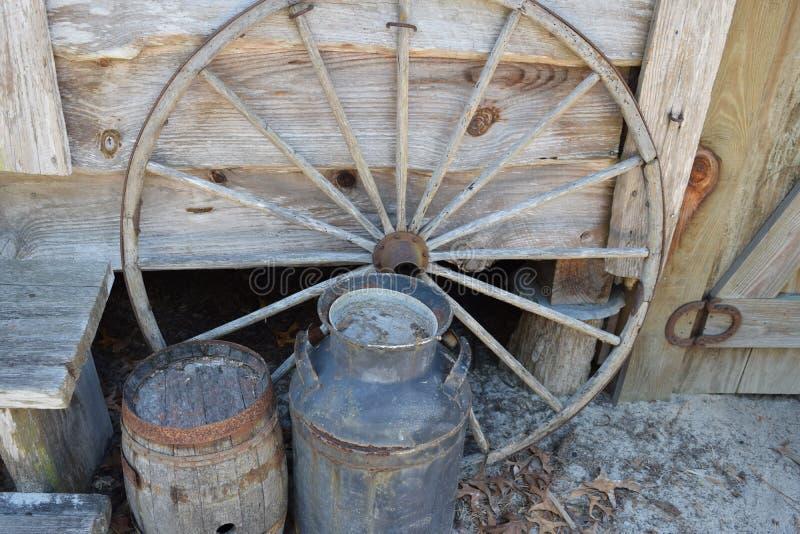 Authentisches Florida-Cracker-Lastwagen-Rad und Fässer stockfotografie