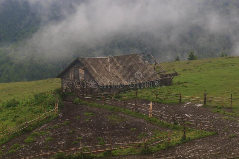 authentisches Holzhaus (kolyba) von Schäfern in den ukrainischen Karpaten stockfoto