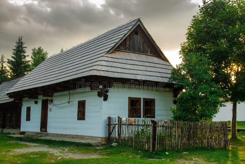 Authentisches Volkshaus in einem Museum von slowakischen Traditionen lizenzfreie stockbilder