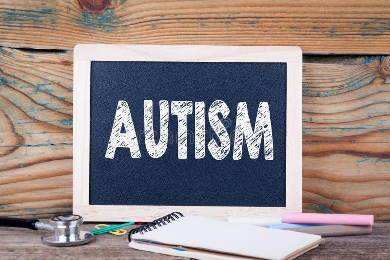 autism Concetto di salute Lavagna su un fondo di legno fotografia stock libera da diritti