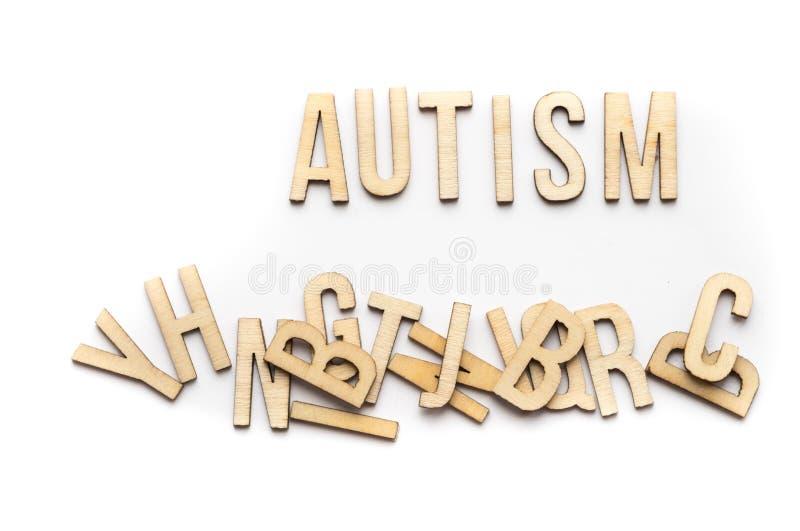 Autismbegrepp, ord som stavas ut i träbokstäver royaltyfria foton