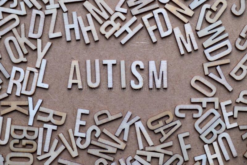 Autismeconcept, woord in houten brieven nauwkeurig die wordt beschreven die royalty-vrije stock foto's