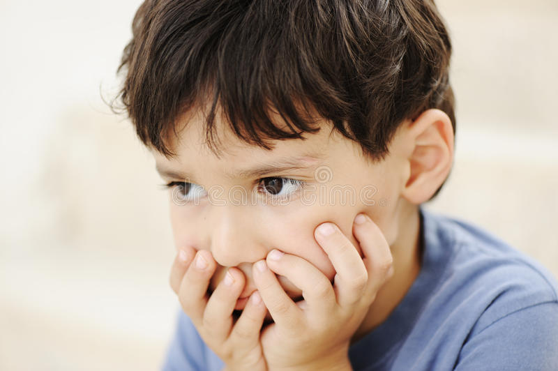 Autismus, Kind, das weit entfernt schaut lizenzfreie stockfotografie