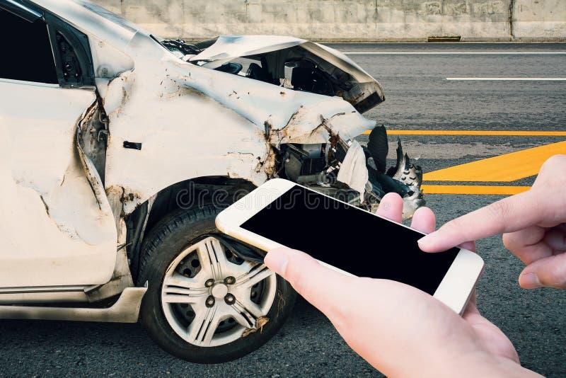Autista che per mezzo dello smartphone mobile con l'incidente di incidente stradale immagini stock