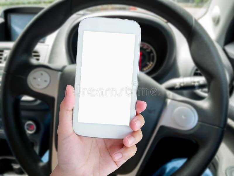 Autista dell'uomo che utilizza Smart Phone nell'automobile immagini stock