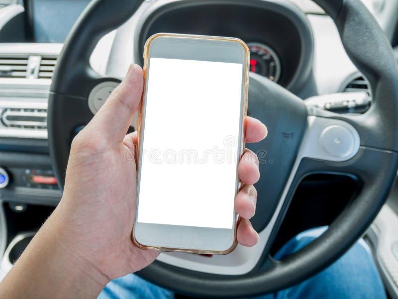Autista dell'uomo che utilizza Smart Phone nell'automobile immagine stock libera da diritti