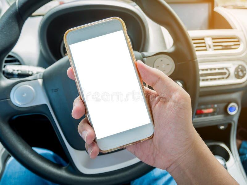 Autista dell'uomo che utilizza Smart Phone nell'automobile fotografie stock