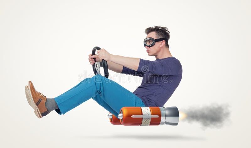 Autista di automobile divertente dell'uomo con una ruota, concetto di trasporto alternativo fotografia stock