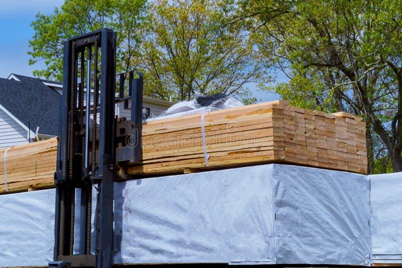 Autista di camion del carrello elevatore in una zona industriale costruito a casa in costruzione fotografia stock libera da diritti