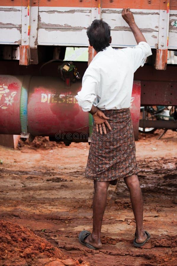 Autista di camion indiano dell'uomo in vestiti indiani del sud tradizionali immagini stock