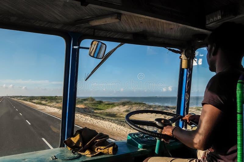 Autista di camion indiano dentro la cabina di pilotaggio immagini stock libere da diritti