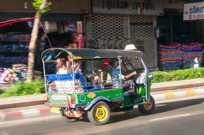 Autista e turisti in veicolo del tuk-tuk lungo le strade di Bangkok, Tailandia L'Au fotografie stock