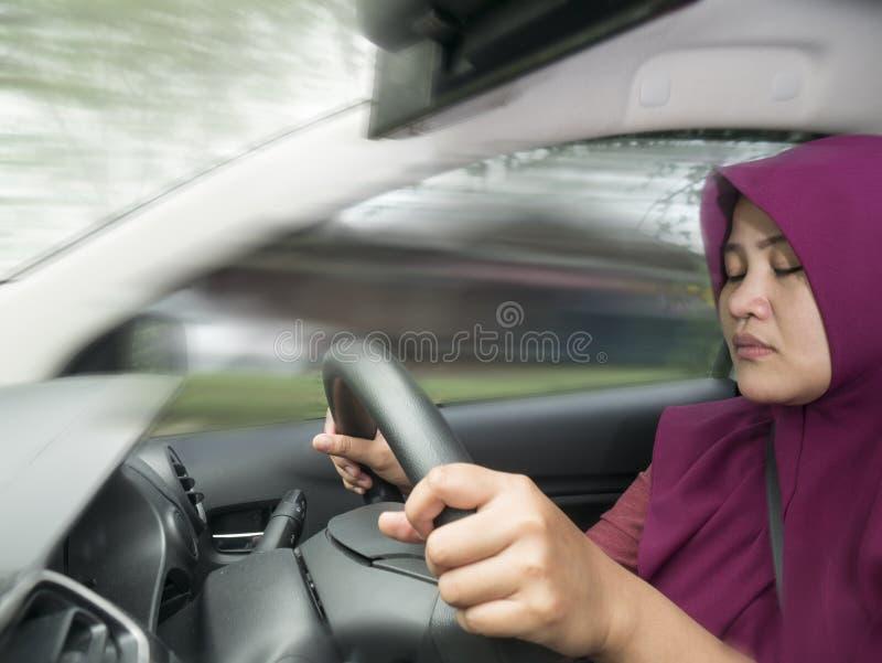 Autista femminile Asleep While Driving un'automobile fotografia stock libera da diritti