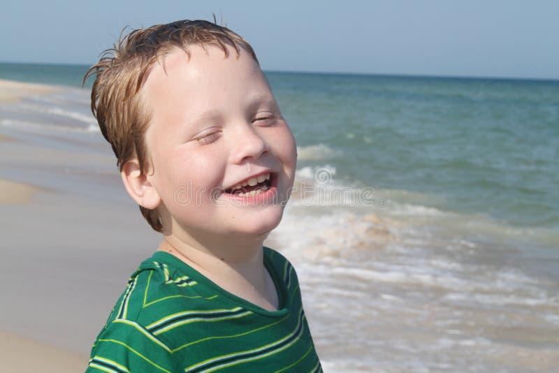 autistic tycka om för strandpojke royaltyfri bild