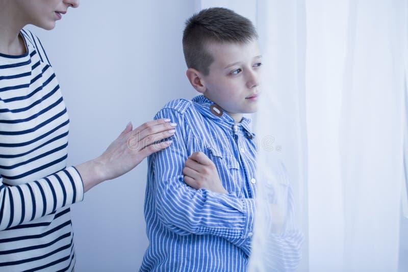 Autistisch kind met hypergevoeligheid stock afbeelding