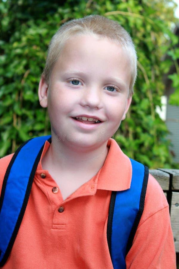 Autistische jongen die op de schoolbus wacht stock afbeelding