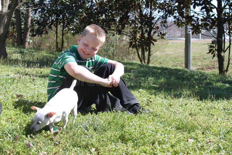 Autistische Jongen met Zijn Hond royalty-vrije stock fotografie