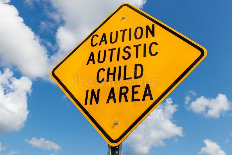 Autistiskt barn för gul varning i områdestrafiktecken I royaltyfria bilder