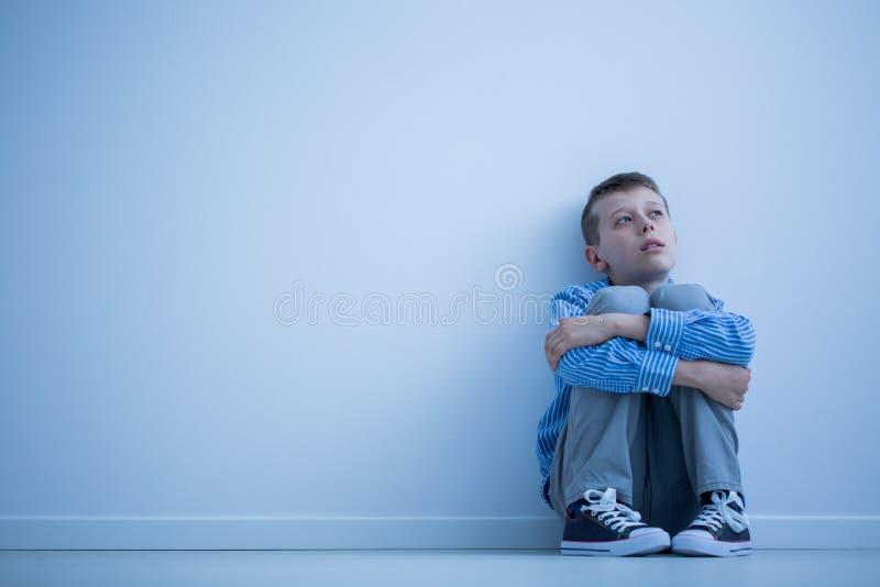 Autistiskt barn på ett golv fotografering för bildbyråer