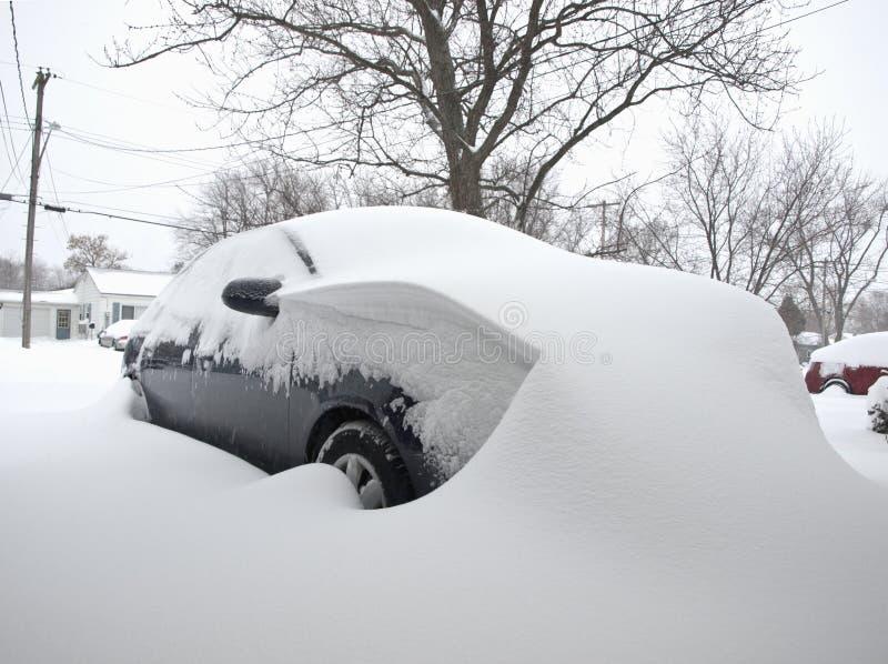 Auto abgedeckt im Schnee lizenzfreies stockfoto