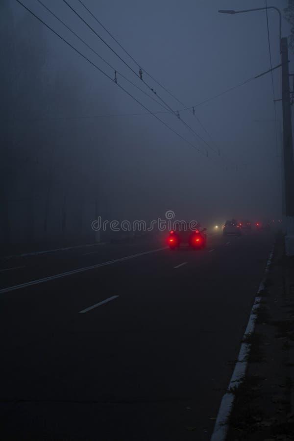 Auto auf der Stra?e im Nebel Autumn Landscape stockfotos