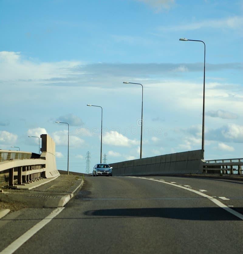 Auto auf einer Brücke stockfoto