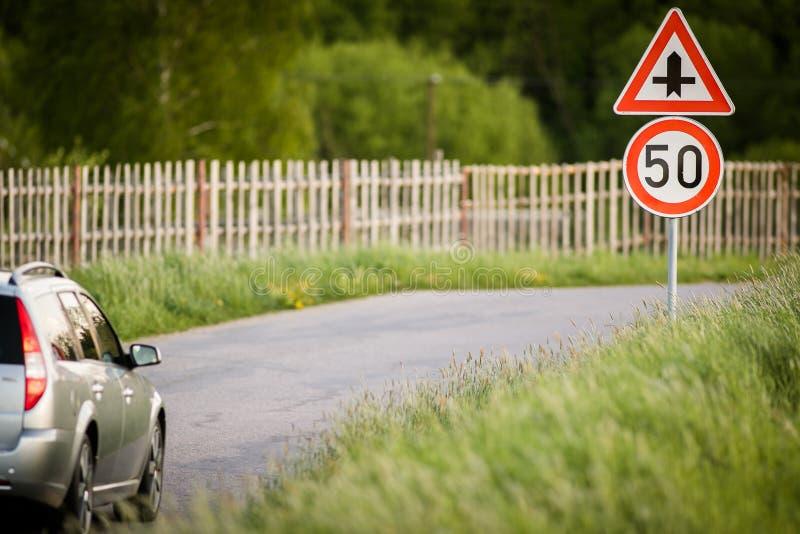 Auto auf einer Landstraße mit begrenzter Geschwindigkeit lizenzfreies stockfoto