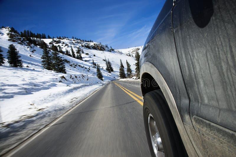 Auto auf Straße im Winter. stockbild