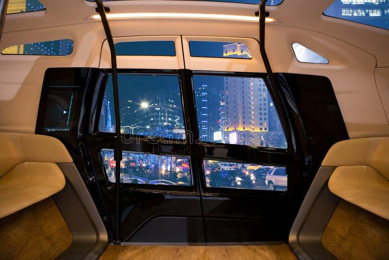 Auto autônomo que conduz o ônibus esperto fotografia de stock royalty free