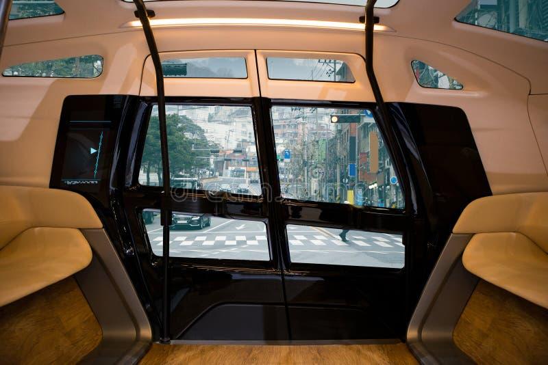 Auto autônomo que conduz o ônibus esperto imagem de stock royalty free