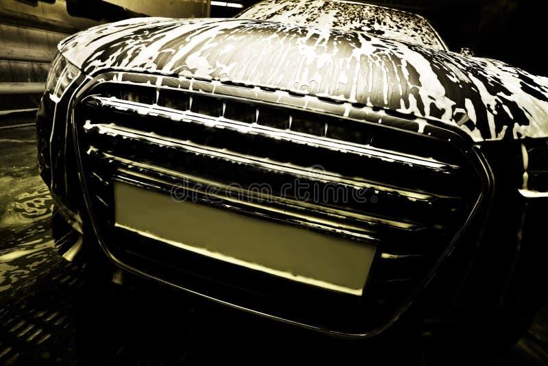 Auto bij de autowasserette stock afbeeldingen