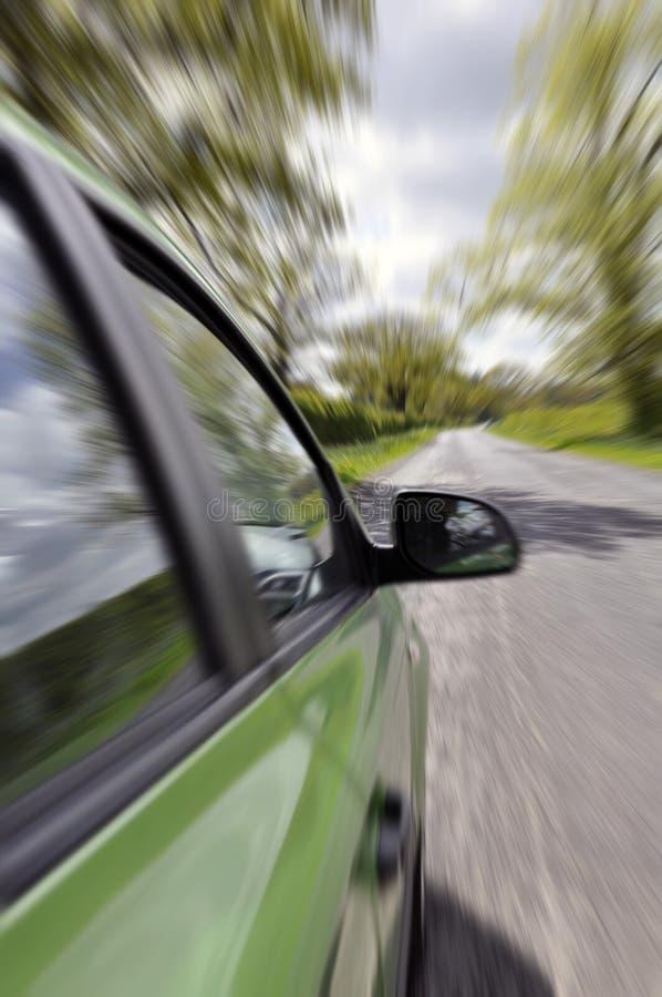 Auto bij de landweg stock afbeeldingen