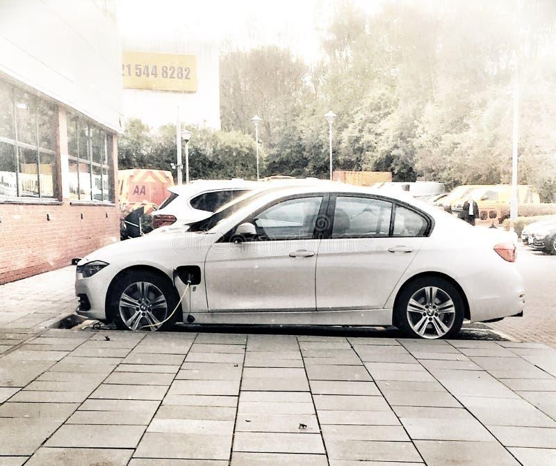 Auto bij een elektrische aansluiting wordt geparkeerd die royalty-vrije stock foto's