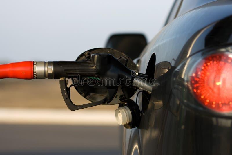 Auto bij het benzinestation stock afbeelding