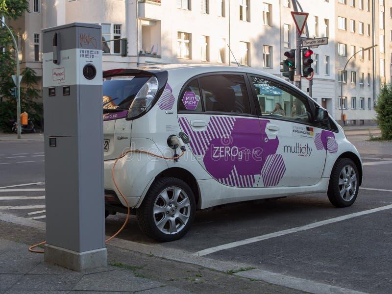 Auto bij het Laden Post voor Elektrische voertuigen, die Punt van de Stad van Berlijn aanvulling stock afbeelding