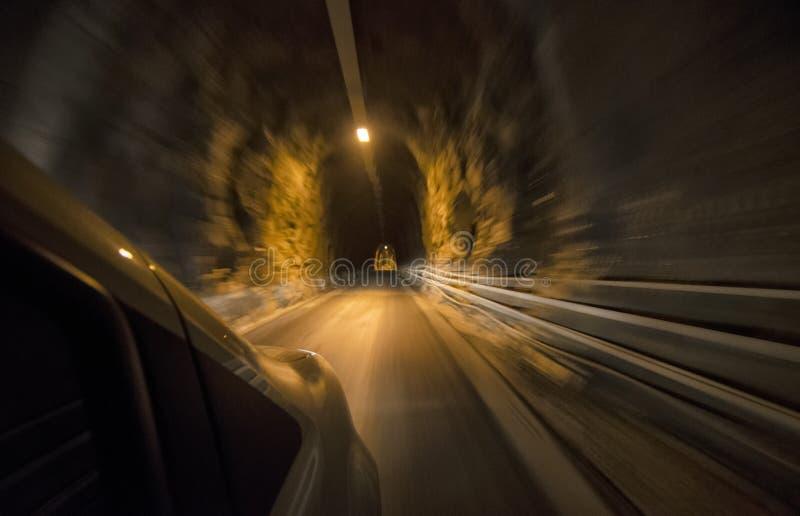 Auto bij volledige snelheid binnen een tunnel royalty-vrije stock afbeeldingen