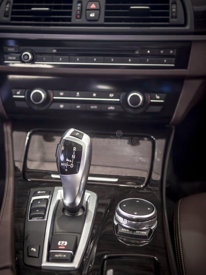 Auto Binnenlands detail, verschuivingstoestel stock fotografie