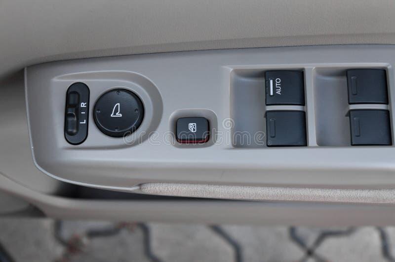 Auto binnenlandse details van deurhandvat met vensterscontroles en aanpassingen royalty-vrije stock fotografie