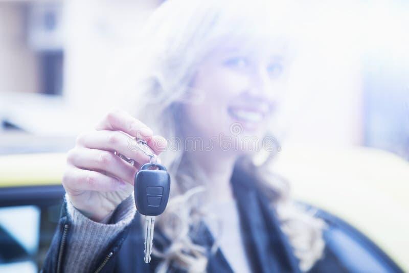 Auto biznes, samochodowa sprzedaż, gest i ludzie pojęć, - szczęśliwy busi zdjęcie royalty free