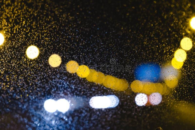 Auto bokeh auf der Straße lizenzfreie stockbilder