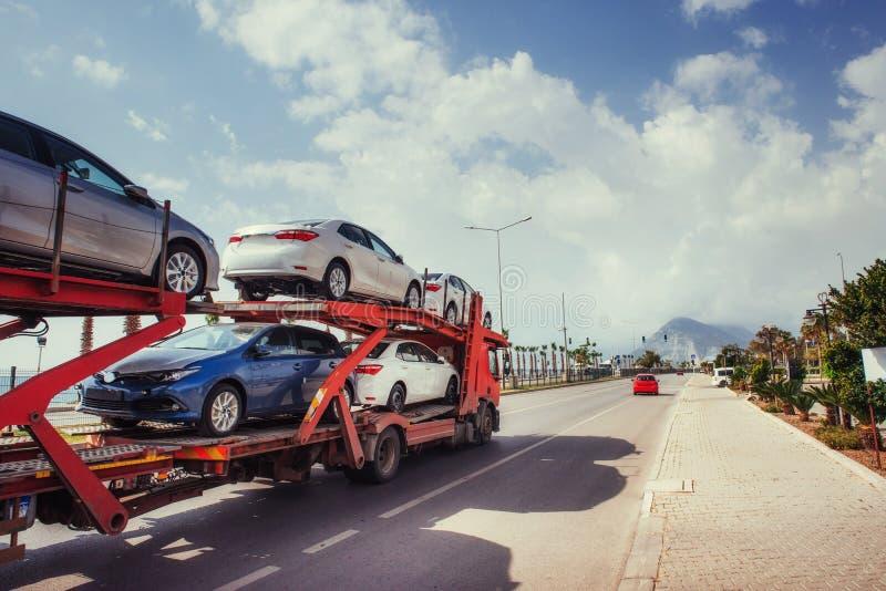 Auto-carrier van Vrachtwagensreeks Nieuwe auto's komst stock afbeelding