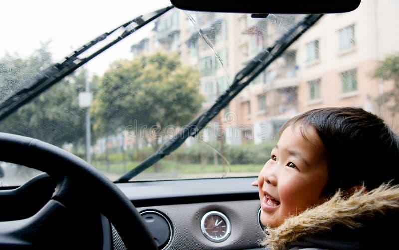 auto chłopiec szczotkarski przyglądający deszcz fotografia stock