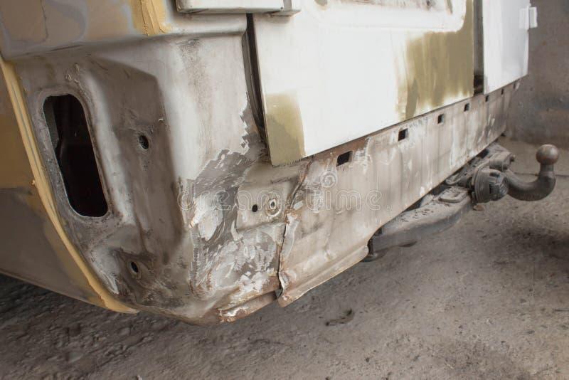 Auto ciało naprawy serie Ciało samochód dostaje uszkadzającym wypadkiem zdjęcia royalty free