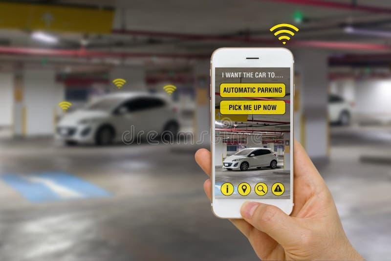 Auto-conduzindo o carro controlado com App em Smartphone ao parque no conceito do parque de estacionamento imagem de stock