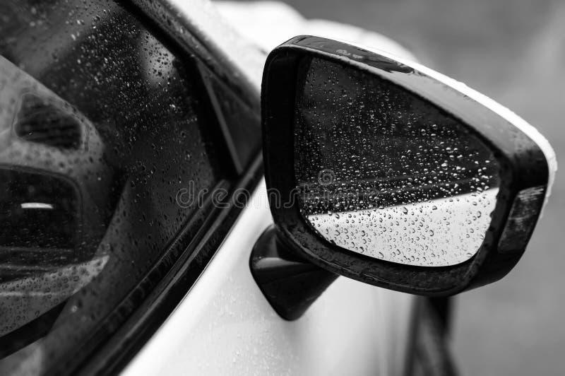 Auto in dalingen van water na regen stock afbeelding